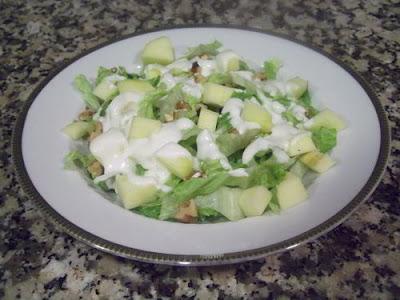 Ensalada de manzana y nueces con salsa de yogur
