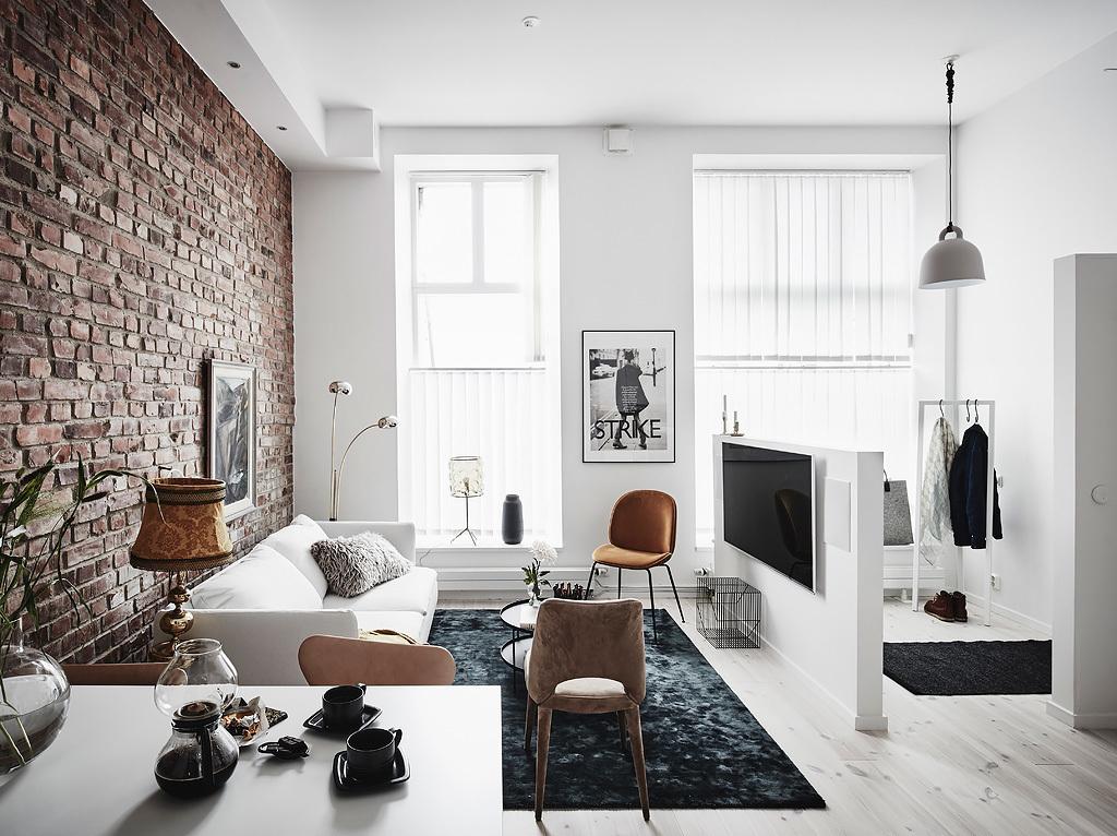 Cărămidă expusă, plan deschis și dormitor negru într-un apartament de 47 m²