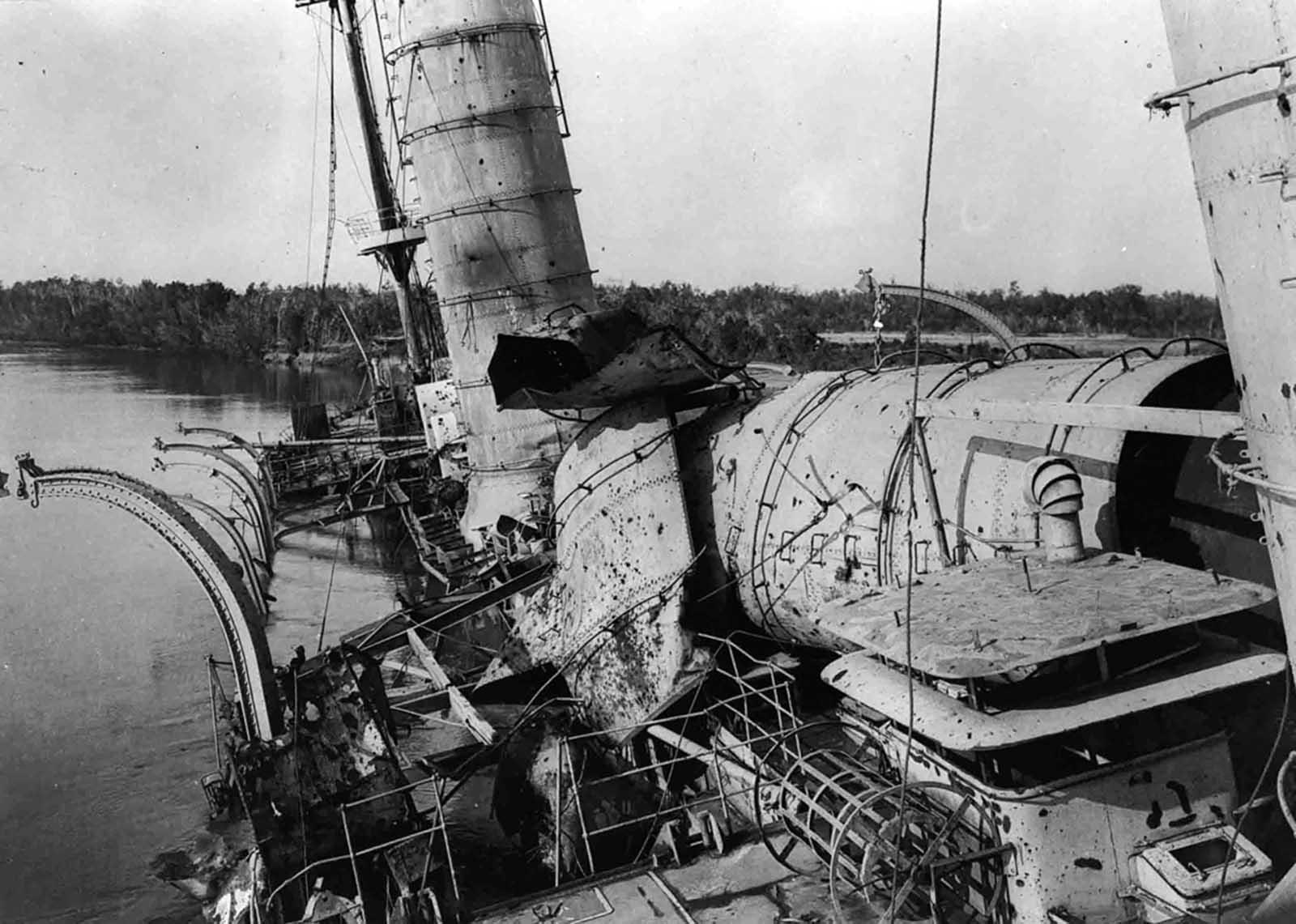 A Konigsberg SMS roncsja, a Rufiji-delta csata után.  A német cirkálót a Rufiji Delta Tanzánia folyóba borították, amely több mint 100 km-re hajózható, majd az Indiai-óceánba ürítés céljából, Dar es Salaamtól kb. 200 km-re délre.