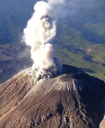 Foto de un volcán estrato a color