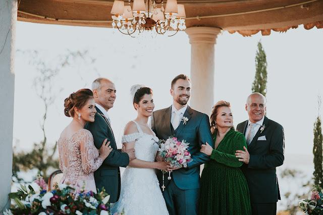 casamento real, casamento a céu aberto, casamento no jardim, casamento no campo, passarela de espelho, flores do campo, cerimônia, decoração de cerimônia, varal de lâmpadas, relicário, buquê da noiva, bouquet, vestido de noiva, vestido de renda, villa giardini, noivos no altar, véu e grinalda, hora dos votos, decoração rústica, casamento rústico, casal com os pais