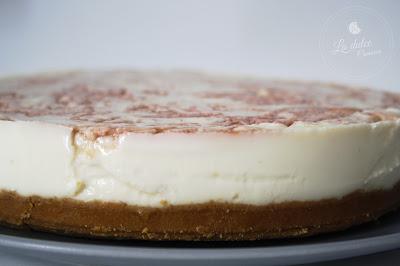 tarta de chocolate blanco y remolinos de frambuesa por La dulce comarca