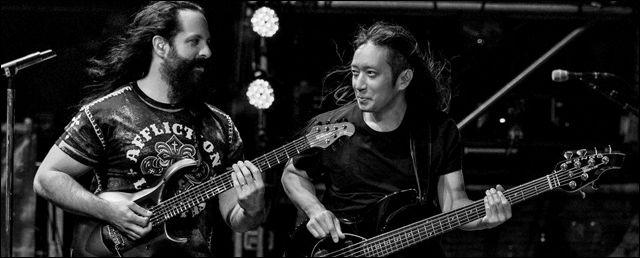 John Petrucci y John Myung en Directo