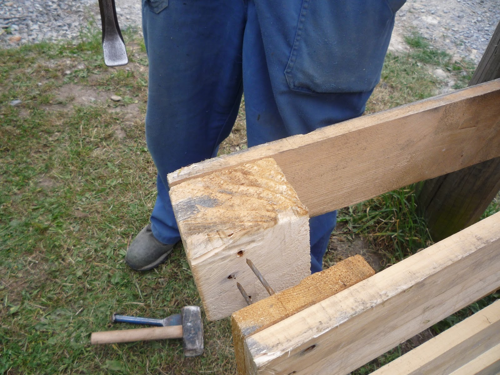 how to take pallets apart for carpentry