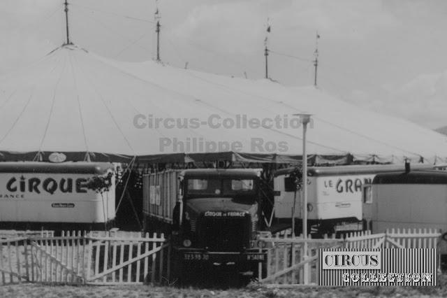 camions, remorques et roulottes sont placées autour du chapiteau