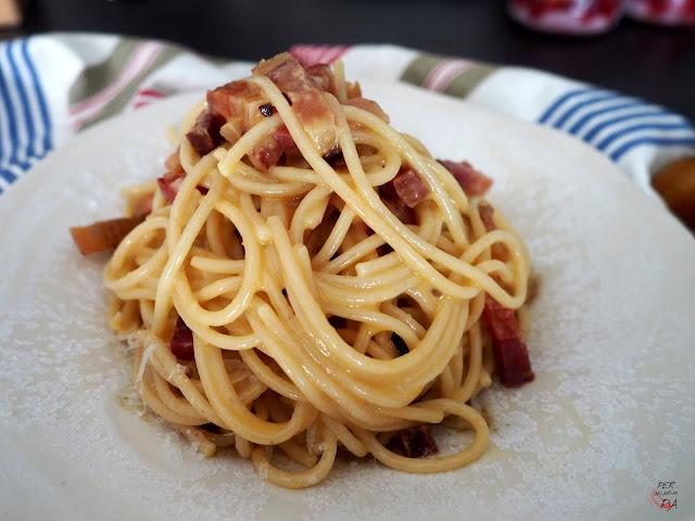 Espaguetis con la auténtica carbonara, yema de huevo, bacon (guanciale) y pecorino romano.