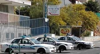 smiješna slika: policijski automobili bez točkova