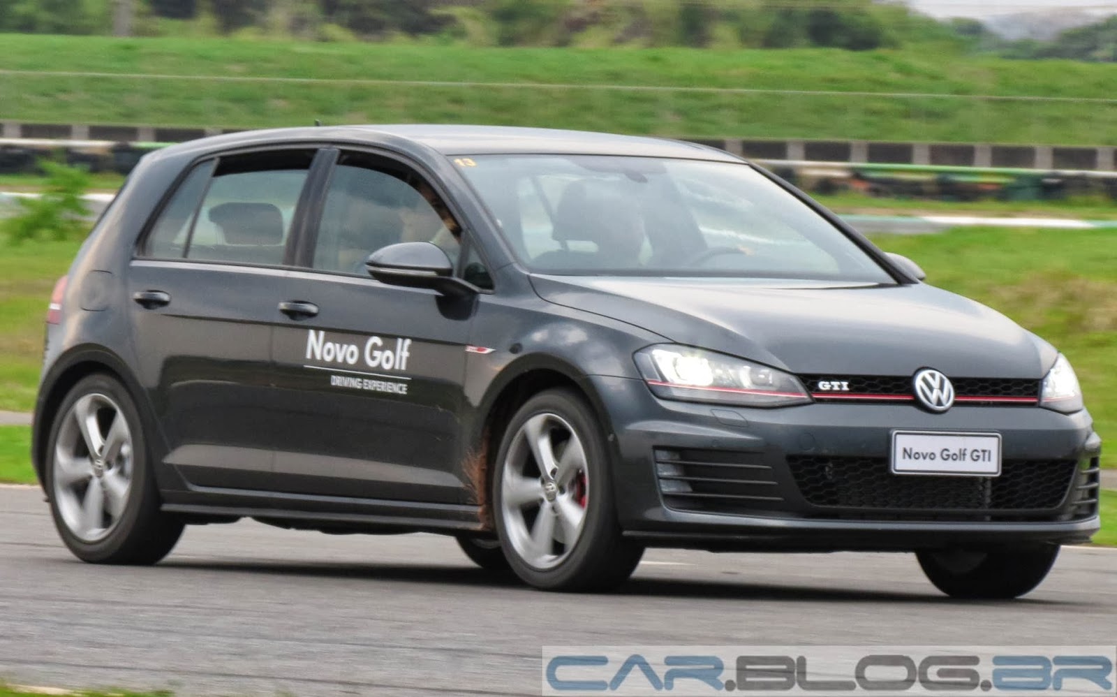VW Golf GTI - interior - painel x Mercedes A250 Sport