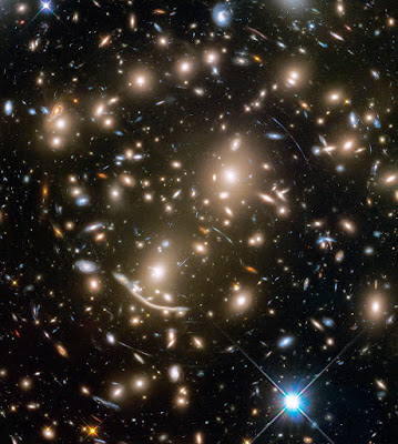 צביר גלקסיות אבל 370 Abell  ומאחוריו