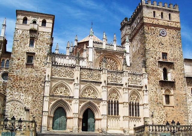 Fachada principal del Monasterio de Guadalupe, Cáceres
