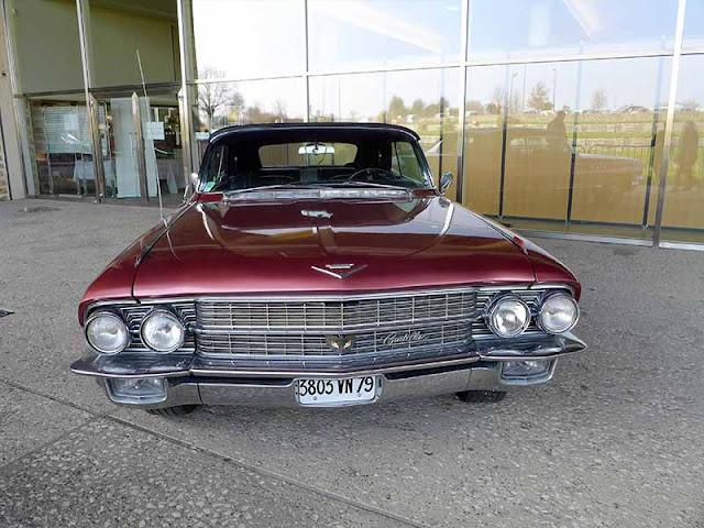 voiture Cadillac bordeau décapotable