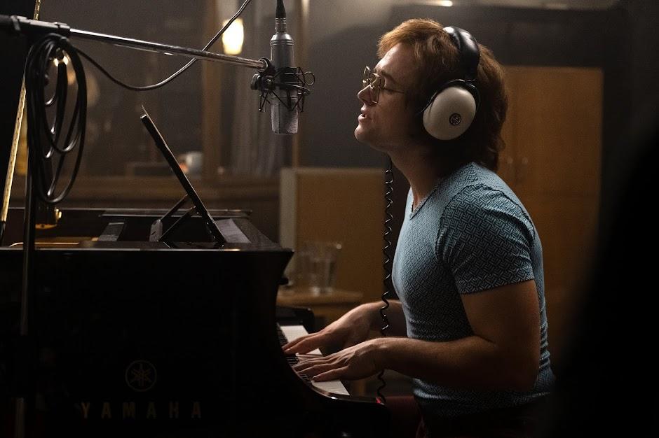 """Vídeo dos bastidores de """"Rocketman"""" mostra Taron Egerton cantando 'Tiny Dancer'"""