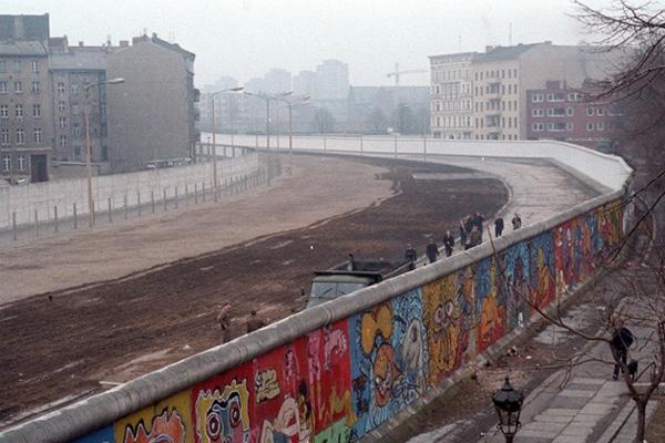 جدار برلين الفاصل