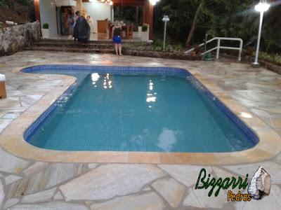 Construção de piscina em Atibaia-SP com o piso da piscina com pedra São Tomé tipo cacão com a construção do muro de pedra com a escada de pedra.