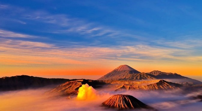 Sunrise; Matahari terbit di bromo Indonesia
