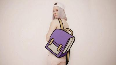 Modelo mujer con mochila para estudiar