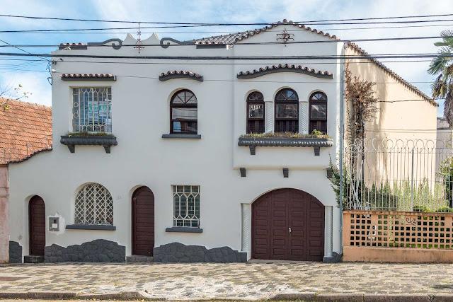 Casa na Rua Kellers com diversos elementos de decoração na fachada