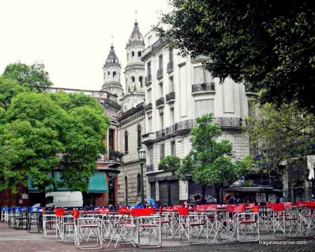 Mesinhas do Café Dorrego no meio da praça, no verão