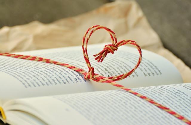 Foto de livros com laço formando coração