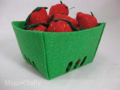 cestinho com morangos em feltro