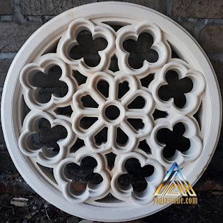 Roster ukir bulat berfungsi sebagai ventilasi udara yang dibuat dari batu alam putih gunungkidul
