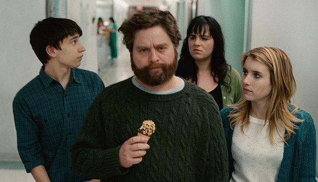Zach comendo um sorvete e outros personagens se olhando