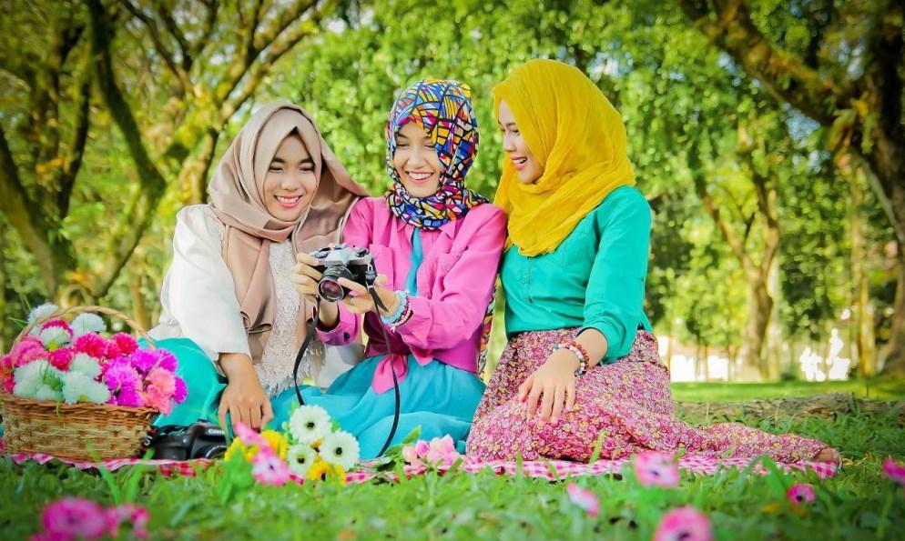 Pemilihan Konsep Hunting Foto Hijab bertiga cewek mani foto di taman selalu tampak cantik dan indah menawasn konsep Piknik dan manis rambut bunga-bunga kamera canon fotografi