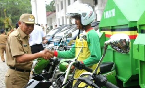 Wakil Bupati Asahan Surya memberikan bantuan kendaraan dinas petugas kebersiham.