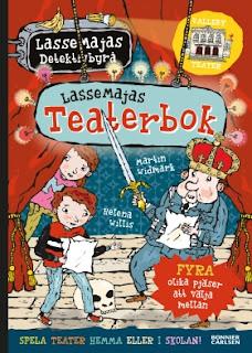 Omslag på Lassemajas Teaterbok, som visar Lasse, Maja och polismästaren på en teaterscen, där de håller på att öva på en pjäs från ett skrivet manus.