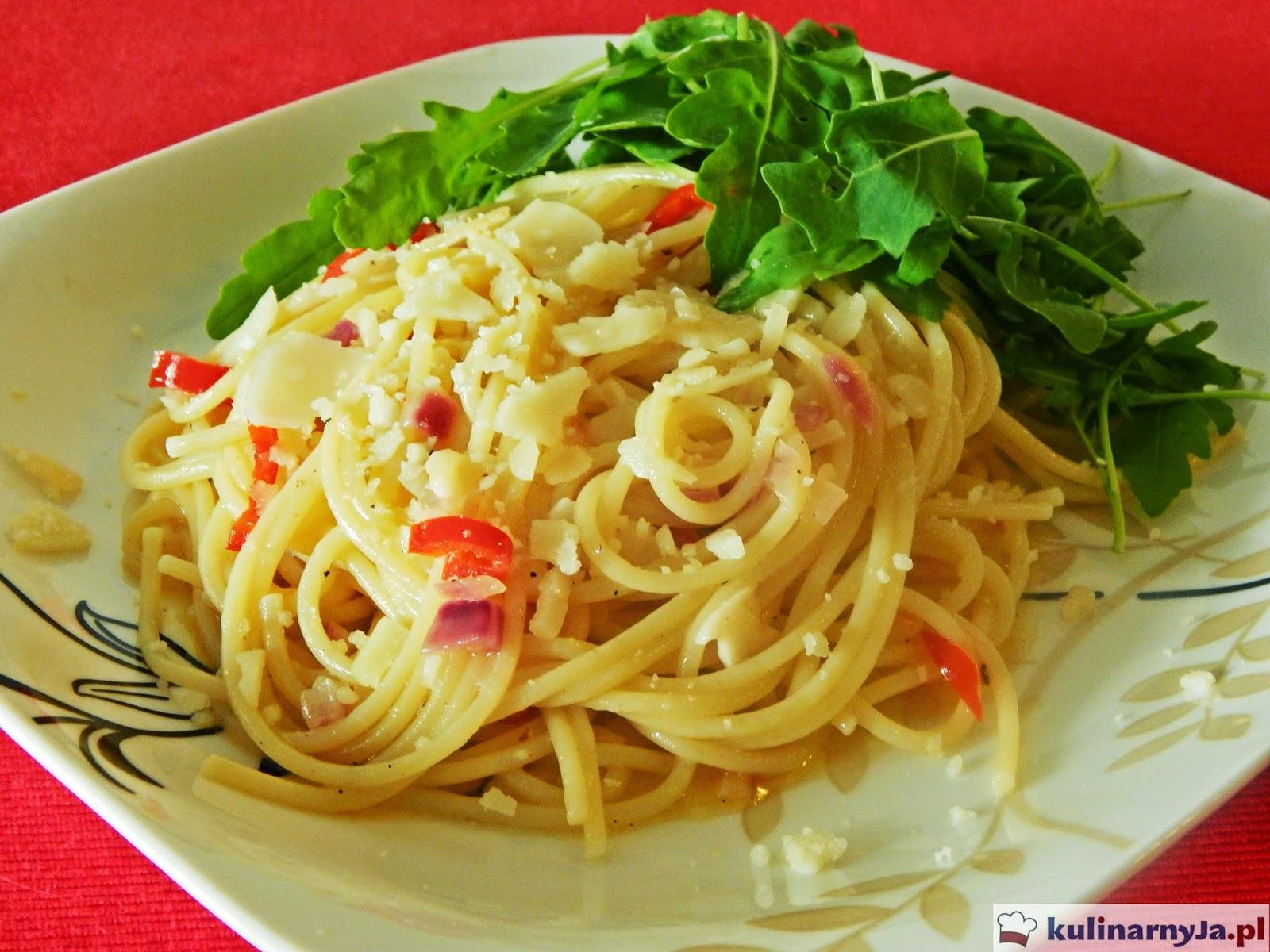 Spaghetti aglio e olio z peperoni i rukolą