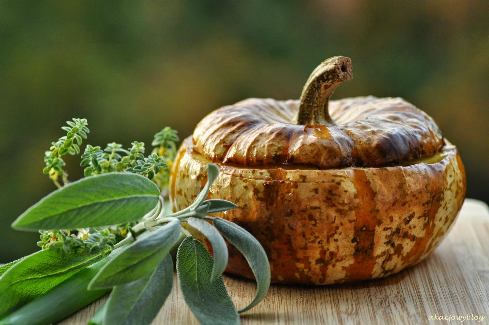 Nadziewane, pieczone, małe dynie na jesienny obiad lub kolację.
