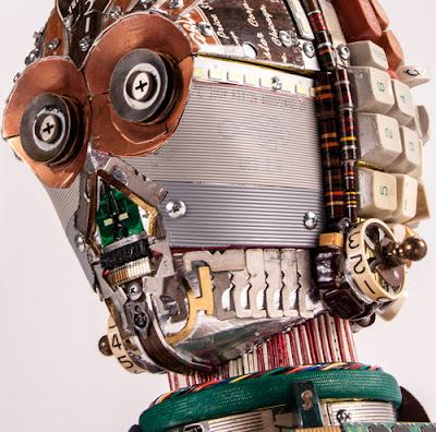 C3PO  hecho con parte de computadora recicladas como teclas y tarjetas.