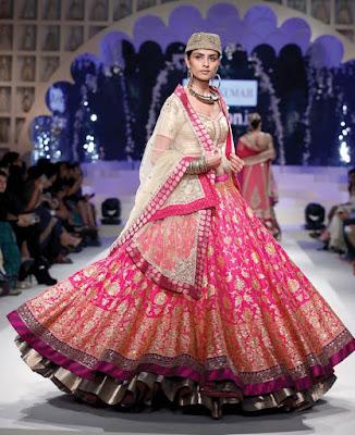 Stylish-Designer-Bridal-Lehenga-Designs-2017-By-Ritu-Kumar-4