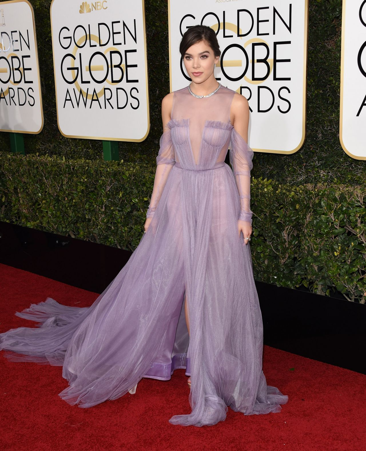 Hailee Steinfeld – Golden Globe Awards in Beverly Hills