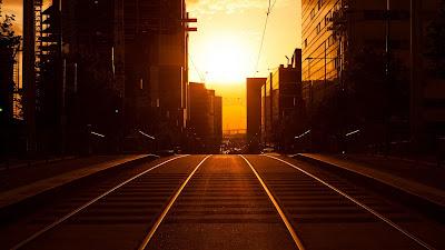 Vías de tren con sol de atardecer