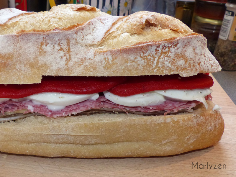 Refermez le sandwich garni avant de l'emballer dans de la cellophane.