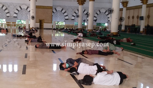 ITIKAF : Sejumlah jamaah tampak tertidur setelah selesai sholat subuh dan Tadarusan di Masjid Raya Mujahidin Pontianak tadi pagi (Jumat 8 Juni 2018). Foto Asep Haryono