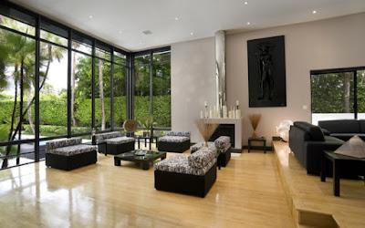 Thay thế những bức tường rắn chắc bằng những tấm vách ngăn kính cho phòng khách thêm rộng rãi va xanh mát