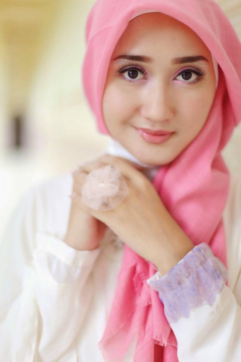 hijab wanita cantik segi empat