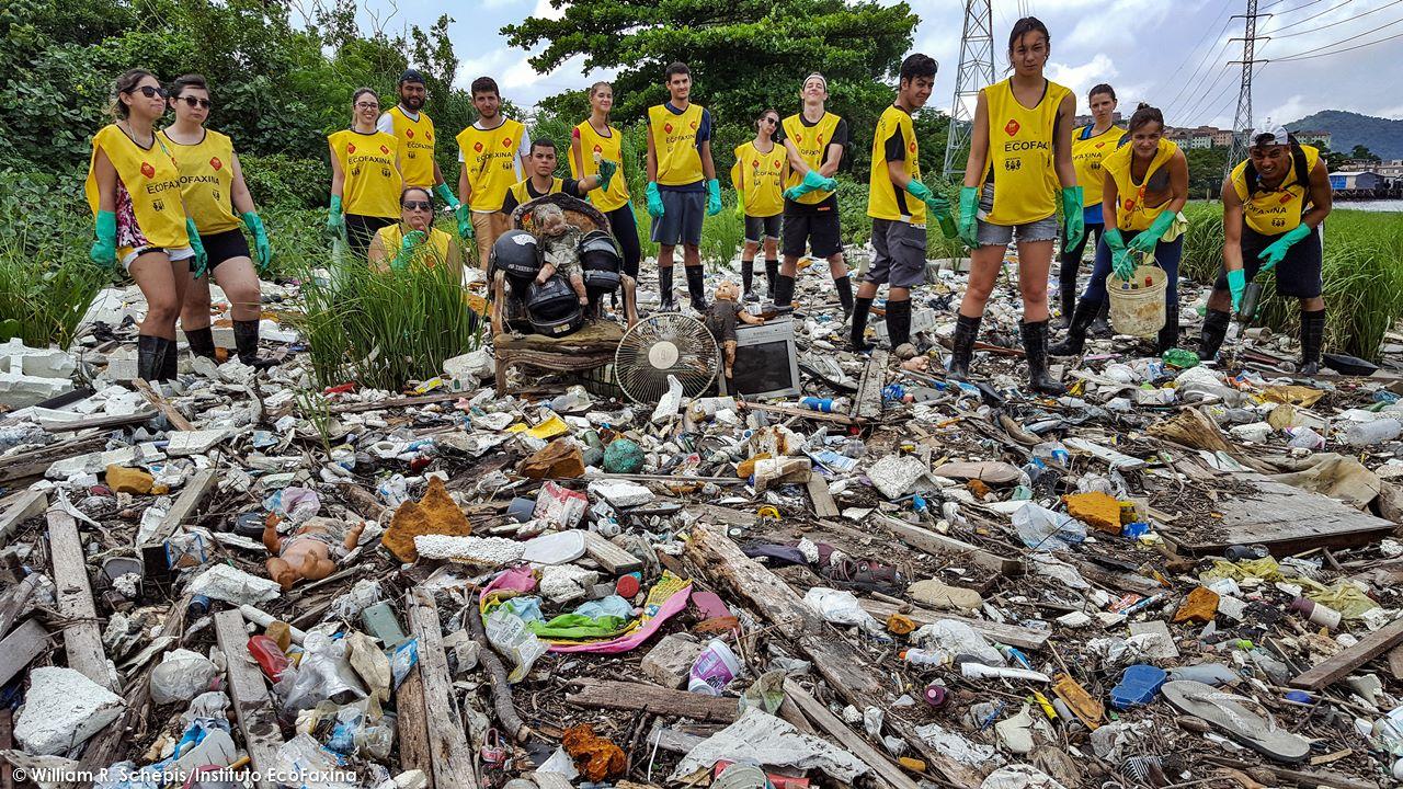 Voluntários posam para foto durante ação realizada em manguezal de Santos, no dia 29/1.