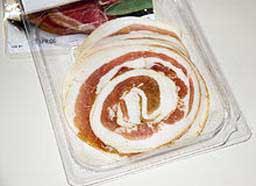 Это большой жирный кусок свиной грудинки , вяленый в соли , специях и травах\ розмарин и шалфей\ .