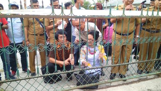 Kak Seto hanya bisa mengamati dari balik pagar panti asuhan Tunas Bangsa