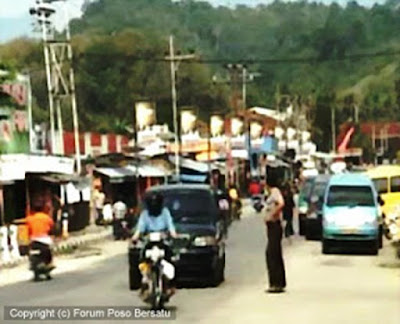 Sejarah Poso   Kota Poso terletak di bibir pantai menghadap teluk Tomini di salah satu lengkungan 'lengan' pulau Sulawesi. Bila diamati dengan baik, posisi Poso sebenarnya sangat strategis di tengah-tengah pulau Sulawesi. Transportasi Utara – Selatan yaitu Makassar, Palu – Gorontalo dan Manado, serta Timur – Barat yaitu Luwuk – Palu, mesti melaui Poso sebagai daerah sentral. Tidak heran bila sebenarnya Poso lebih dahulu dikenal sebagai salah satu kota penting dalam sejarah perdagangan dan pemerintahan di daerah Sulawesi.  Untuk mempersingkat sekilas sejarah panjang Poso, dapat kita titik awali dari tahun 1880-an ketika pemerintah Hindia Belanda yang mengerti arti strategis Poso mulai mengatur pemerintahan di Poso. Belanda berusaha meminimalkan pengaruh kerajaan-kerajaan lokal yang ada waktu itu yaitu kerajaan Poso, Napu, Mori, Tojo, Una Una, dan kerajaan Bungku. Pada1919 seluruh wilayah Sulawesi Tengah yang waktu itu masih tergabung dalam Keresidenan Manado dibagi menjadi dua wilayah Barat dan Timur yang disebut Afdeeling, yaitu: Afdeeling Donggala dengan ibu kotanyaDonggala dan Afdeeling Poso dengan ibu kotanya kota Poso.  Sampai dengan pemerintahan RI tahun 1952, wilayah Sulawesi Tengah masih terbagi dua daerah otonom yaitu Onderafdeeling Poso meliputi Poso, Luwuk Banggai dan Kolonodale dengan ibukota Poso dan Onderafdeeling
