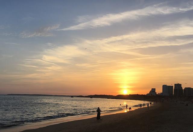 Passeando à beira Mar ao Pôr do Sol