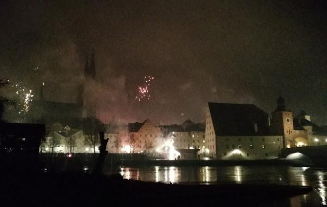 Silvester in Regensburg - Feuerwerk um Mitternacht über der Altstad