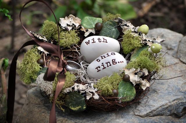 Un nido decorado con flores y plantas para las alianzas de vuestra boda - Foto; Pinterest