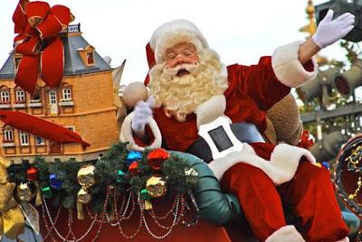 Foto de Papa Noel sentado en su trineo y saludando en Disney