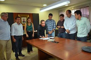 O termo de compromisso foi assinado nesta sexta (Foto: Mário Marques)