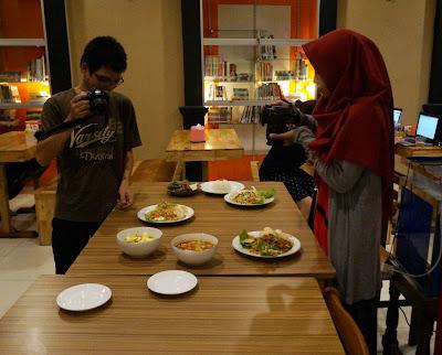 Bahrul dan Veniy mempersiapkan diri sebagai food blogger di Pontianak