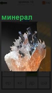 Кристалл горной породы минерал необычной формы с вкраплениями черного цвета